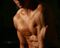 男人在健身的同时,不要忘记带上一些健身装备,这些装备有的可以保护你免受伤害,有的可以让你愉悦身心,从而轻松健身,还有的可以增加你的肌肉活力。健身不装备很多,我们今天推荐的是