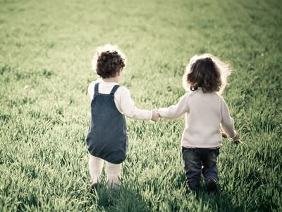在我们身边,总会有一些孩子性格比较内向,他们不喜欢与外人接触,就算在家里,也不经常说话,不会向爸爸妈妈吐露自己的心声。从心理健康方面来说,性格内向的人有好处也有坏处,那么