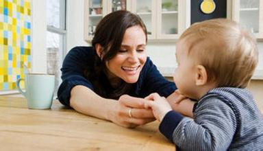 很多家长在和孩子沟通的过程中,会出现一些沟通的障碍和问题,而且父母因为是第一次做父母,所以也不懂得和孩子沟通的技巧,导致孩子和家长的关系越来越差,那么父母和孩子沟通的