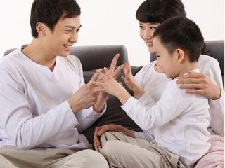 面对繁忙的工作,很多的父母会在忙于工作的时间里,忽视了对孩子的关心和照顾,也没有及时的和孩子沟通一些情感的问题,久而久之,孩子与父母之间的距离就越来越远,那么哪些跟孩子