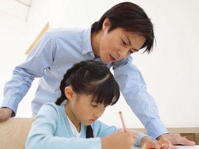 家长应不应该陪读?在中国,陪读的现象可以说是非常多的,很多家长都认为这就是为了更好的照顾孩子,但是心理健康专家要告诉家长们,陪读其实对于孩子的健康成长,并不是都会带来