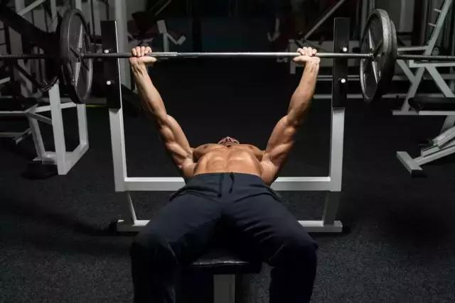 大多数朋友在胸部练习的时候一般不会去考虑肌肉形状,只是一味的在做平板卧推,长期这样胸部中间便会突出,没有轮廓感,上胸部空落,下胸不够饱满,胸肌外沿不够明显,这种现象主要是因为