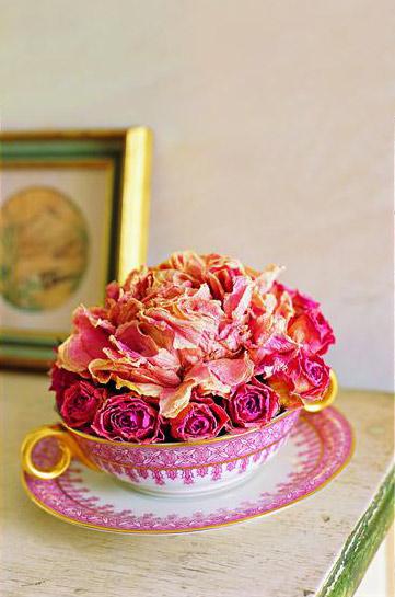 华丽牡丹  材料:茶杯,玫瑰,牡丹,花泥,万能胶水  步骤:  1、把花泥按茶杯的大小形状切好,有锯齿的刀切起来会更容易些。  2、把所有干玫瑰的枝整齐地剪成4厘米长,然后把