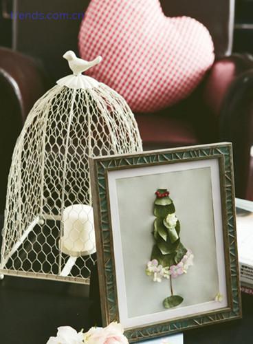 材料:叶片、花瓣、复古相框、背景纸  步骤:  1. 先将花瓣与叶片干燥;  2. 把叶片拼出人物造型,再用花瓣作为礼服裙上的花边。用小果实做发型上的点缀。可以充分发挥