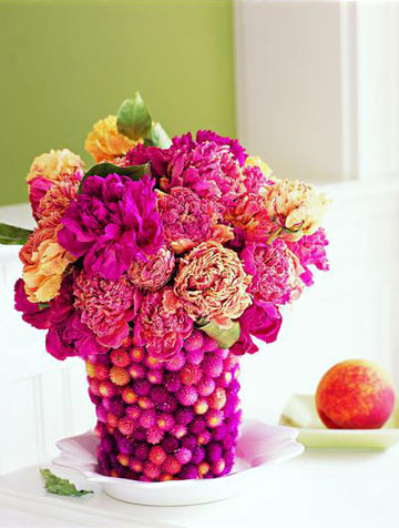 花团锦簇  材料:  稍大的塑料杯,两块花泥,万能胶水,深浅颜色不同的牡丹花,大量百日红  步骤:  1、把花泥按塑料杯的形状切好并固定在杯中,高出杯沿2厘米。  2、在百