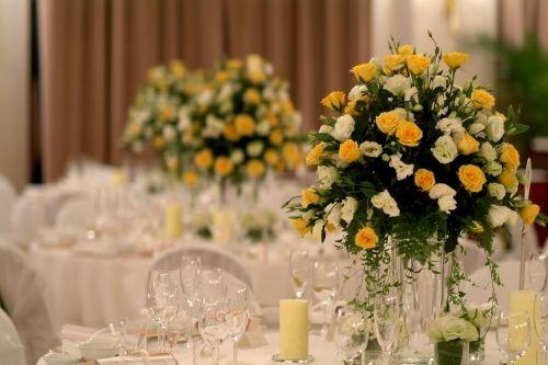 花艺师建议:花艺是艺术类的,花艺师也就是艺术的塑造者。新人在挑选花艺师的时候应该注重设计师的设计风格以及表现方式是否适合自己即可:  1、专业花艺设计师一般都会为