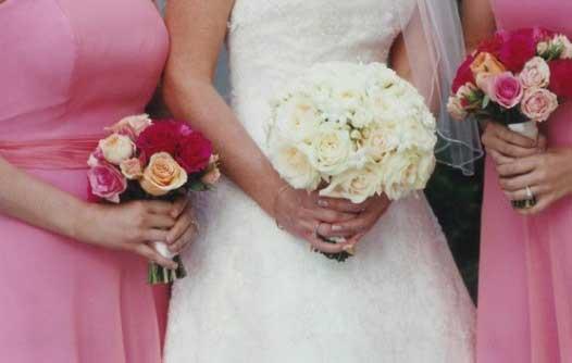 随着人们物质生活水平的提高,结婚用花受到越来越多人的重视。但是,结婚用花品种的选择是一门学问,也是一门艺术,并不是什么鲜花都可以拿来用的。结婚用花最关键的一步是花