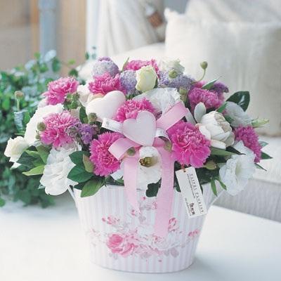 """婚礼上的鲜花,就如同新娘的轻盈头纱,最能衬托出婚礼的浪漫气息。为自己的婚礼多多""""花""""些心思,让婚礼畅漾在夏日欢愉的阳光里吧!  迎宾区是这场婚礼带给来"""