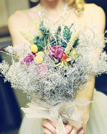 不少人都知道,新娘的手捧花源自西方宗教结婚仪式,流行在上世纪二战后。  多数新娘喜欢穿白色婚纱,那最好选择红玫瑰、黄菊、非洲菊等,如有条件采用蝴蝶兰、石斛兰则更觉俏