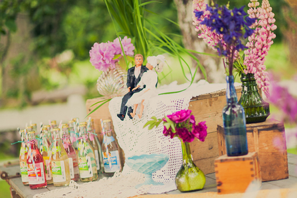 1.进场通道  夏季婚礼新人进场自然成为全场焦点,如果想进场时加添浪漫气氛,不妨考虑在进场的通道两旁加上大量的玫瑰花花瓣,花瓣旁再加上以玻璃器皿盛载着的浮水蜡烛,疏落