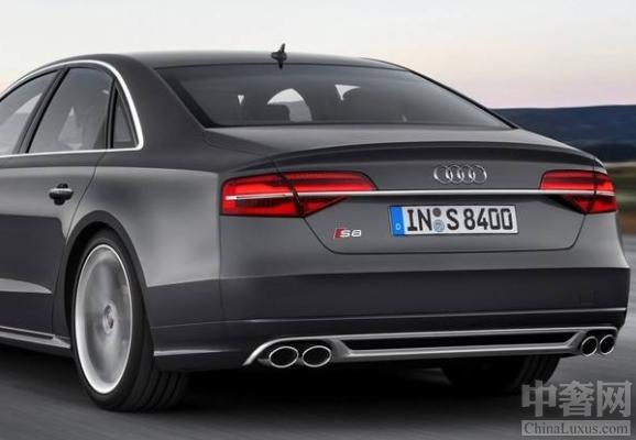 奥迪S8 plus完美亮相,引领时尚潮流。全新奥迪S8 plus是根据S8的磨板打造而成的,所以说两辆车会有很多的相似之处。两车不同的地方就在车身方面上,全新奥迪S8 plus将更多的碳纤