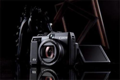 数码相机走入暮年 日本光学巨子转型求生。日本消费电子的全面溃退已是大趋势。目前的数码相机市场,手机已经基本取代了中低端相机,高端单反相机对普通用户并非刚需,只有小众的