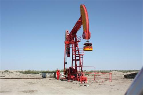 """中石油跨步走:借中油资本发力石油金融。""""中石油正在计划新的跨越,天然气市场和旗下公司上市等都是它的推手"""",4月26日有石油央企高层透露,中石油内部正在进行资金和市场的大动"""