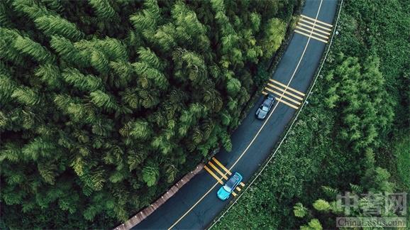 """中奢网品牌讯,突破边界:尽享全新Panamera逸然驾趣。上海。6月13日到18日,在风景秀美的太湖湖畔,在缀绿凝脂的莫干山,一场以""""勇者不拘,浮生之乐""""为主题的全新Panamera 驾享之旅逸"""