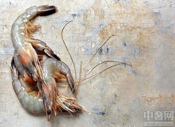 """中奢网资讯 对虾体内的白线真的是寄生虫吗? 网上的视频最近说,割完虾头后,你会看到两条白线,这是虾的寄生虫,但真的是这样吗?对虾割完虾头后,一只白色的""""寄生虫""""从虾中挑选出来,这"""