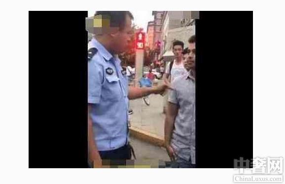 中奢网新闻讯 留学生假装不懂中文,警察霸气飙起了英文。外国小伙骑了一辆没有噶车牌号的摩托车,并且在马路上飞快行驶着。而骑着摩托车人就是在中国留学的一位外国留学生,可是