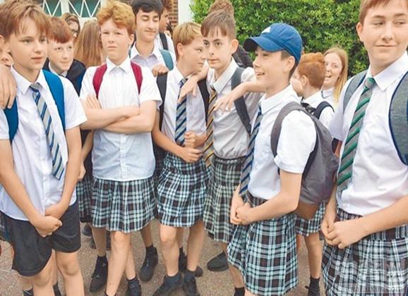 中奢网新闻快讯 英男生穿裙子上学,裙子与学校制度对抗。步入夏季,各国的气温都在上升,英国一中学校长在温度如此之高的天气下,还明文规定不允许男生穿裙子,天生闹腾的男生怎么会