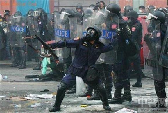 中奢网新闻快讯 委内瑞拉选举产生暴乱,街头流血事件上演。7月30号当地时间6点委内瑞拉启动制宪大会选举进程,反对派在全国各地举行示威暴乱事件反对选举。委内瑞拉选举暴乱自