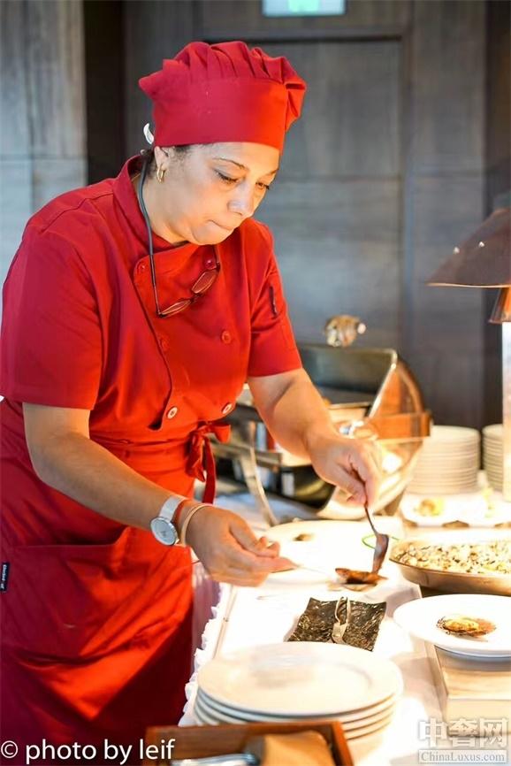 """西班牙,一个被称为""""美食者的天堂""""的国度,西班牙菜和法国菜、意大利菜并称为西餐三大流派。7月22日至8月6日, 广州白天鹅宾馆得到了西班牙驻广州总领事馆旅游处的支持,在流浮阁"""