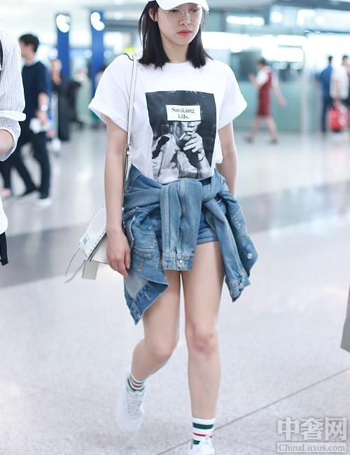 中奢网时尚讯 穿短袜美出新境界 提的越高越时髦。每年的流行都是不同的,今年夏天的流行格外的奇怪,但是也超时髦,许多明星在街头都是这身装扮,直接让人有了大腕的感觉,原来袜子也
