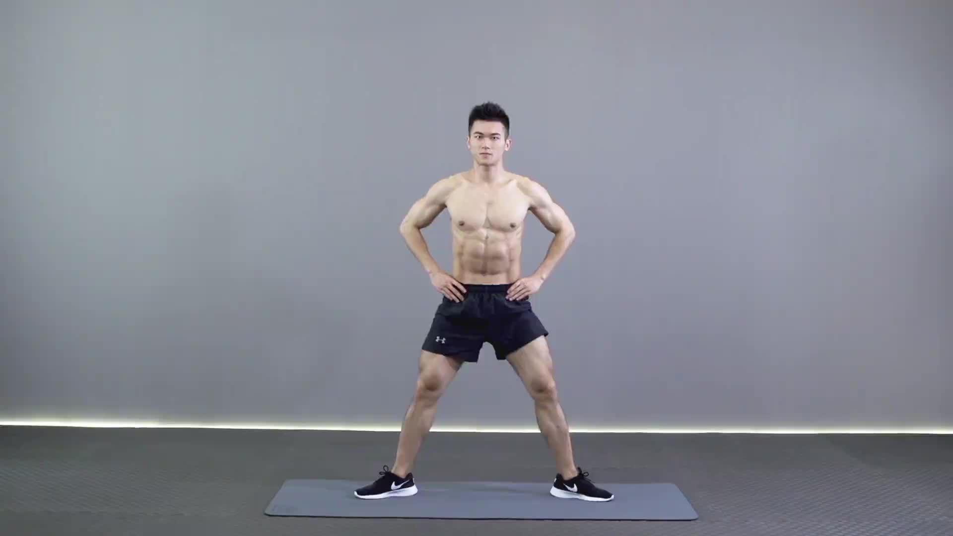动作要领图                 1、挺胸收腹,收紧臀部         1、脚尖与膝盖保持同一方向,下蹲膝盖不要超过脚尖           主要肌肉示意图        宽距半蹲的动作要领 1、挺胸