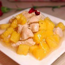 菠萝鸡丁菠萝鸡丁是一道广东省的汉族传统名菜,属于粤菜系。有鸡肉的鲜美又有菠萝的水果香味,鲜香甜酸,美味爽口。赶快来试试吧。营养价值:蛋白质、碳水化合物、脂肪、维生素B、C