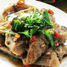 香葱煎鲢鱼香煎鲢鱼是一道美食,属于特色菜系列,主要原料是鲢鱼,营养丰富,味道可口。富含丰富的必需氨基酸、胶原蛋白、维生素,非常适合生长发育中的儿童食用。营养价值:蛋白质、脂