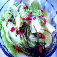 绿茶娃娃菜绿茶娃娃菜是一道家常菜,色泽清爽,令人胃口大开,娃娃菜富含的植物纤维,能有效的促进肠胃蠕动,起到润肠通便的功效,绿茶具有润肠排毒、提神醒脑的功效,二者搭配,养生效果加