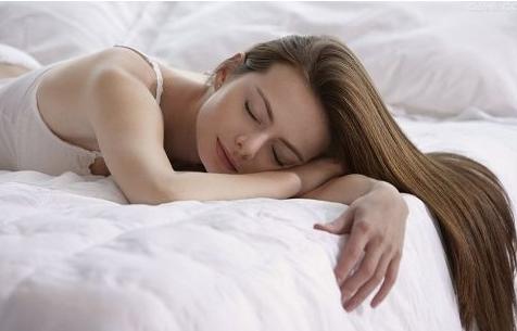 三招帮你抚平颈部皱纹睡觉不用枕头睡觉姿势扭曲,也可能会导致颈纹产生。建议睡觉时不用枕头,或者枕头的形状能保证头部低于脖子,下巴微微抬起。另外,睡觉前,在脖子上涂护肤霜,再用