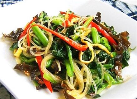 """多吃清热润肝菜晚春肝气旺盛,可适当配吃些清解里热、润肝明目的蔬菜,如荠菜、芹菜、莴笋、荸荠等。巧拌五彩菠菜根菠菜根号称""""红嘴绿鹦哥"""",营养丰富,但我们往往认为根老韧不好"""