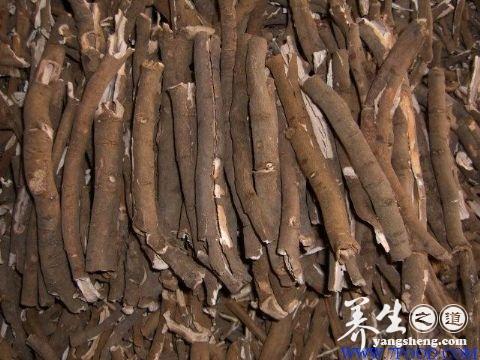 丹皮丹皮为毛茛科植物牡丹干燥根皮。产于安徽、山东等地。秋季采挖根部,除去细根,剥取根皮,晒干可用。<br /> <br /> 丹皮的功效1清热;活血散瘀。2主温热病热入血分;发斑;吐衄;热泪盈眶病菌