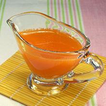 胡萝卜西芹李子汁这款饮品味道酸甜,能引起食欲,李子能促进胃酸和消化酶的分泌,将李子、富含维生素C的胡萝卜和富含膳食纤维的西芹一同制作饮品,充满了蔬菜与水果的青菜,且营养更
