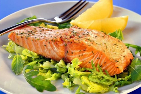 这些食物最适合女人吃鱼类科学研究发现,一周吃三次鱼可保护皮肤免受紫外线侵害。长期吃鱼,可以为人们提供一种类似于防晒霜的自然保护,使皮肤增白。鸡蛋研究显示,每天早晨吃一个