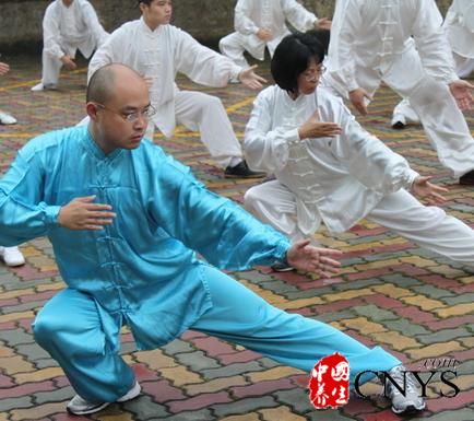 太极的养生功效有哪些?太极拳是我国人民的一种强身健体的运动形式,是中华民族宝贵的文化遗产。太极推崇以柔制刚,四两拨千斤打败对手,太极拳的动作柔和,功夫可以步步深入,男