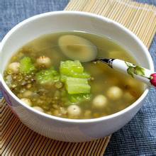 苦瓜绿豆汤夏天的汤一般为消暑下火的,味道比较清淡,苦瓜绿豆汤是一款味道特别清香,可清热消暑,非常适合夏天饮用的清爽汤。感兴趣的朋友们,跟着小编一起学起来吧。营养价值:蛋白质