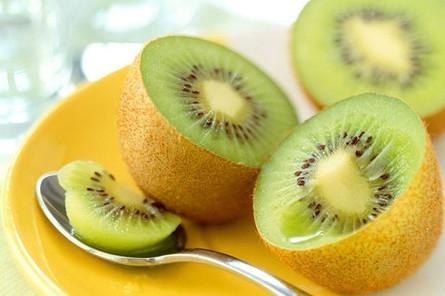 """防癌的6种食物猕猴桃:维生素C之王猕猴桃维生素C含量居水果之冠,每100克猕猴桃含200毫克维C,是名副其实的""""天然维生素C片"""",能防癌。另外还含有丰富的具有保护血管功能的维生素P"""