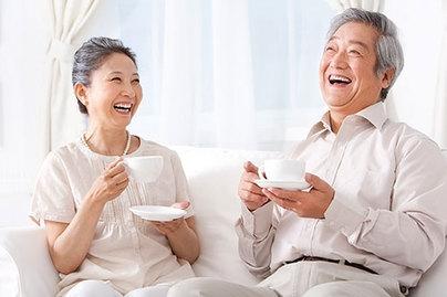夏季老年人饮食要点要补水夏季的高温,人体要维持自身正常、恒定的体温,必须要靠出大量的汗来调节,大量出汗则需要补充足够的水分,然而对于老人来说,正确适当的补水十分重要。特别