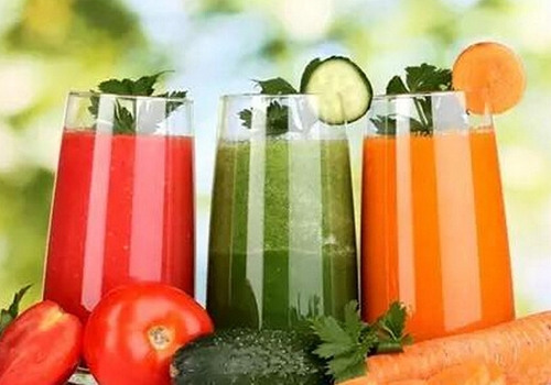 单纯饮用果蔬汁有危害果蔬汁的营养价值除了维生素、矿物质和一些纤维素类物质以外,其他营养并不多!那么,只靠喝果蔬汁减肥的方法是否有科学依据呢?许多人觉得喝果蔬汁可以减肥,缘