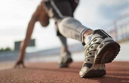 警惕锻炼时的八种异常运动时心率不增人在运动时心跳会加快,运动量越大,心跳越快,如果运动时心率增加不明显,可能是心脏病的早期信号,预示着今后有心绞痛、心肌梗塞和猝死的危险。