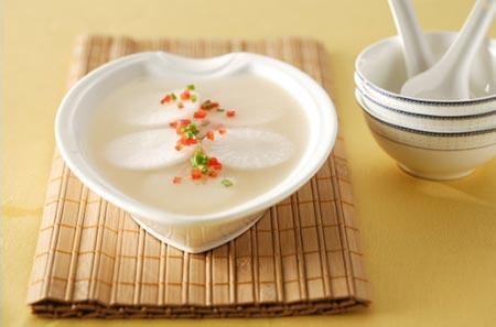 白萝卜汤的家常做法做法一主料:萝卜200克、黄花菜30克,老母鸡汤。做法:先把黄花菜干菜用水温水泡30分钟,清洗两到三次,挤干水备用。白萝卜洗净后切块,黄花菜用水泡发、洗净。锅中