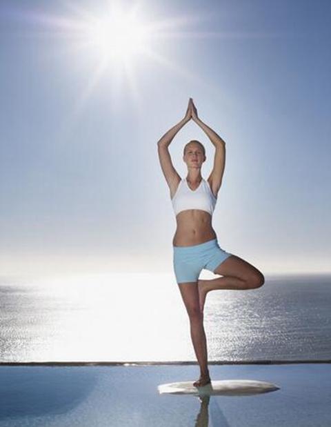"""练习瑜伽的好处1.预防肥胖天气转冷,很多人""""食欲大开"""",不知不觉中摄入过多的热量。研究表明,冬季所需能量与其他季节差距并不大,瑜伽通过各种前弯后仰、左右扭转的姿势挤压,刺激"""