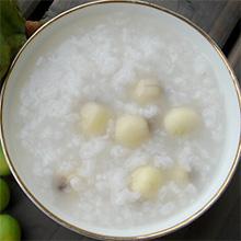 莲心白糖粥白糖莲心粥是上海市汉族风味名点。粥稠微甜,莲心酥糯。最早由上海流动摊点经营,为夏令消夜点心。在20世纪三四十年代非常盛行。感兴趣的朋友们千万不要错过哦。营