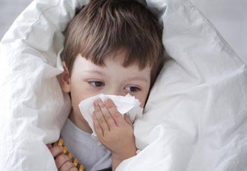 警惕六大儿童用药误区感冒马上用药儿童感冒90%以上是由病毒感染引起的,病毒性感冒是可以自愈的,通常5-7天左右病毒就能被身体清除。不过,许多家长在这5-7当中根本无法淡定,必定