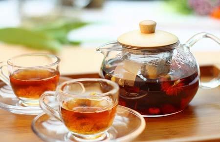 你适合哪种茶  不同体质喝茶的品种也不同 阴虚体质症状:形体消瘦、两颧潮红、手足心热、潮热盗汗、口干、舌干红等。阴虚体质喝点什么茶好?可多喝滋阴的茶,也就是偏凉性的茶。