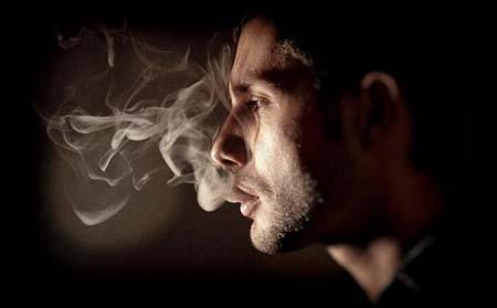 远离这些气味!危害宝宝健康的五种气味气味一:烟味现在有很大的一部分的老爸都爱抽烟,总把家里搞的乌烟瘴气。要知道这是会导致小宝宝受到二手烟的危害,比如呼吸道,口腔以及成长中