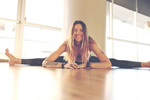 助眠减压瘦身瑜伽坐角式坐下,双脚保持蹬直,慢慢打开双腿至极限,尽量伸直膝盖。吸气,双臂向上伸展,立直腰背。呼气,手臂及上半身慢慢向前伸展。将腹、胸、下巴依次贴于床面。保持这