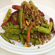 干煸四季豆干煸四季豆是一道汉族传统菜肴,属于川菜菜系。干煸四季豆属于川菜菜系,口味干香辣爽,开胃下酒。制作简单,容易上手,营养价值丰富,是一道色香味俱全的家常菜。干煸四季豆