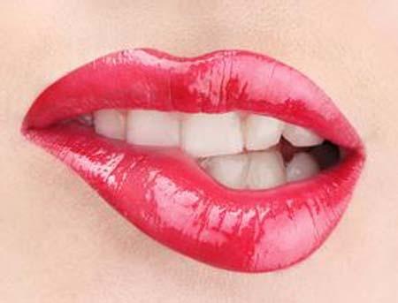 想要拥有性感的嘴唇  可以试一试这个方法很多美女都会注意自己的唇部,想要一个丰满且有诱惑力的嘴唇,但是有时候唇部会出现干裂脱皮等症状。那么该如何护理好你的唇部呢。1、