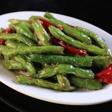 干煸豆角干煸豆角是老百姓餐桌上十分常见的蔬菜之一。富含蛋白质和多种氨基酸,常食可健脾胃,增进食欲。夏天多吃一些四季豆有消暑,清口的作用。四季豆种子可激活肿瘤病人淋巴细