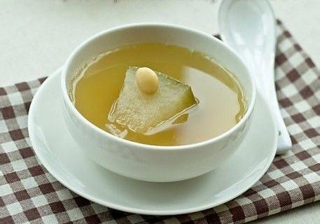 四靓汤赶走宝宝痱子冬瓜扁豆苡米汤作用:清热解暑,健脾祛湿。是夏季常用的清凉饮料,可预防痱子、疖疮。做法:冬瓜500克,炒白扁豆20克,生苡米20克,青小豆20克。冬瓜连皮切块,与白扁豆